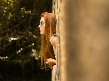 孤独绝望的伤感句子 最深的孤独是站在人群中而哑口无言