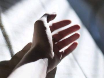抖音夜深人静发的伤感说说  先说爱的先不爱,后动心的不死心