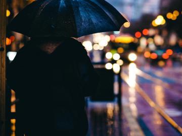 伤感下雨天的心情说说:一个人撑伞,一个人擦泪