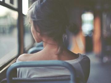 坚强到令人心疼的短句:哭红了眼眶,却还笑着原谅