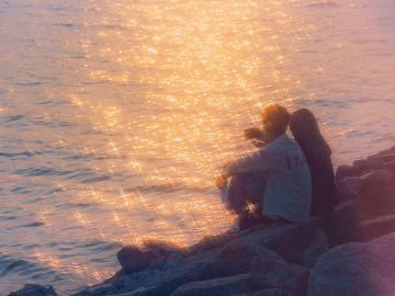 抖音热门情侣文案说说 在人海里爱你,是最好的距离