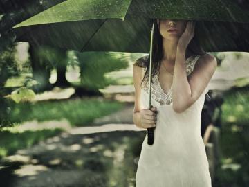 关于雨天的伤感心情说说:别难过,明天更难过
