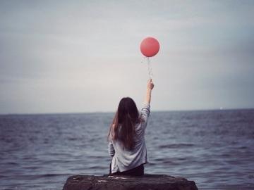 一个人撑的很累的心情说说  隔着眼泪看世界,整个世界都在哭
