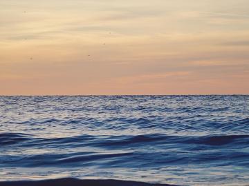 适合看海发朋友圈的句子 去海边玩的说说心情短语