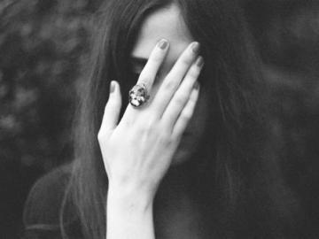 爱情里内心很苦的伤感说说 进一步没资格,退一步又舍不得