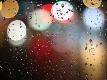 下雨天发朋友圈的唯美句子  窗外的夜雨滴进心里,淹没一堆琐事