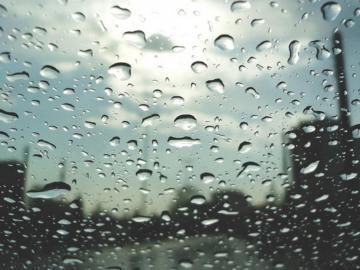 适合小雨天发的小众句子 最美不过下雨天,和你一起躲雨的屋檐