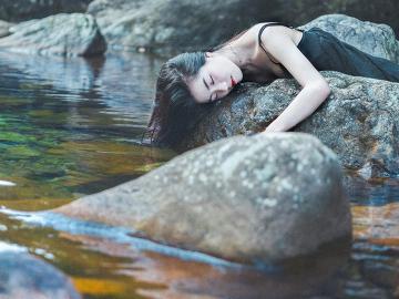 打动灵魂深处的伤感说说  有些人就像是烟火,怎样付出都留不住