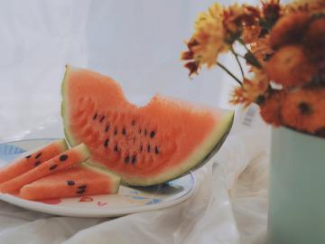 夏天吃西瓜的心情说说 西瓜味的夏天,浪漫得让人想沉睡一整个青春