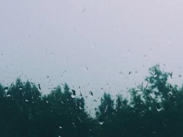 关于下雨天的心情说说   一个人坐在窗前,听雨滴落的声音